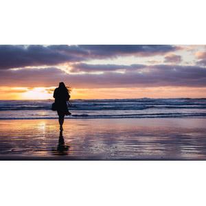 フリー写真, 人物, 女性, シルエット(人物), 後ろ姿, 人と風景, 海, 夕暮れ(夕方), 夕焼け, ビーチ(砂浜), 雲