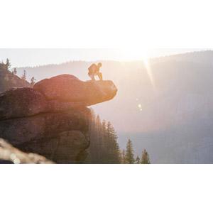 フリー写真, 風景, 岩, 崖, 人と風景, 男性, 眺める, 渓谷, ヨセミテ国立公園, カリフォルニア州, アメリカの風景, 太陽光(日光), オーバーハンギング・ロック