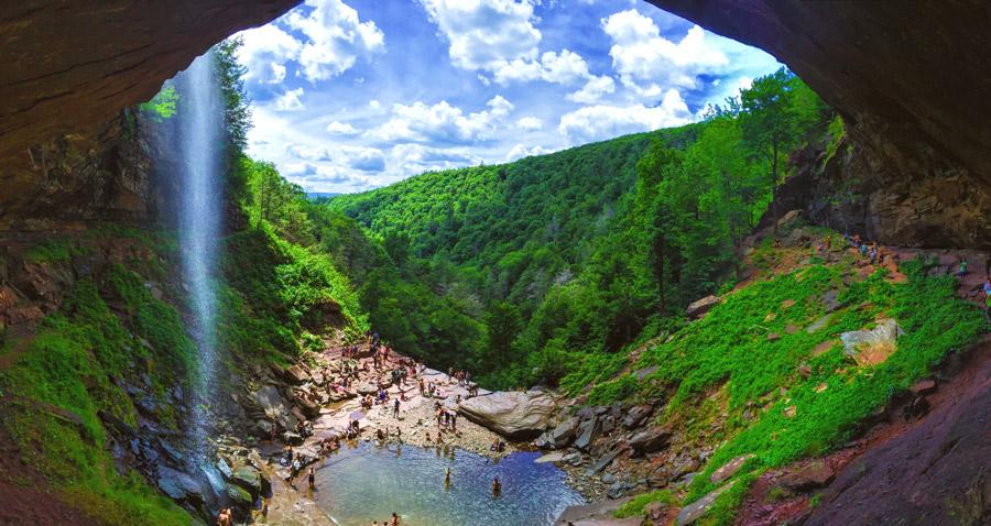 フリー写真 人々でにぎわうカーターズキル滝の風景