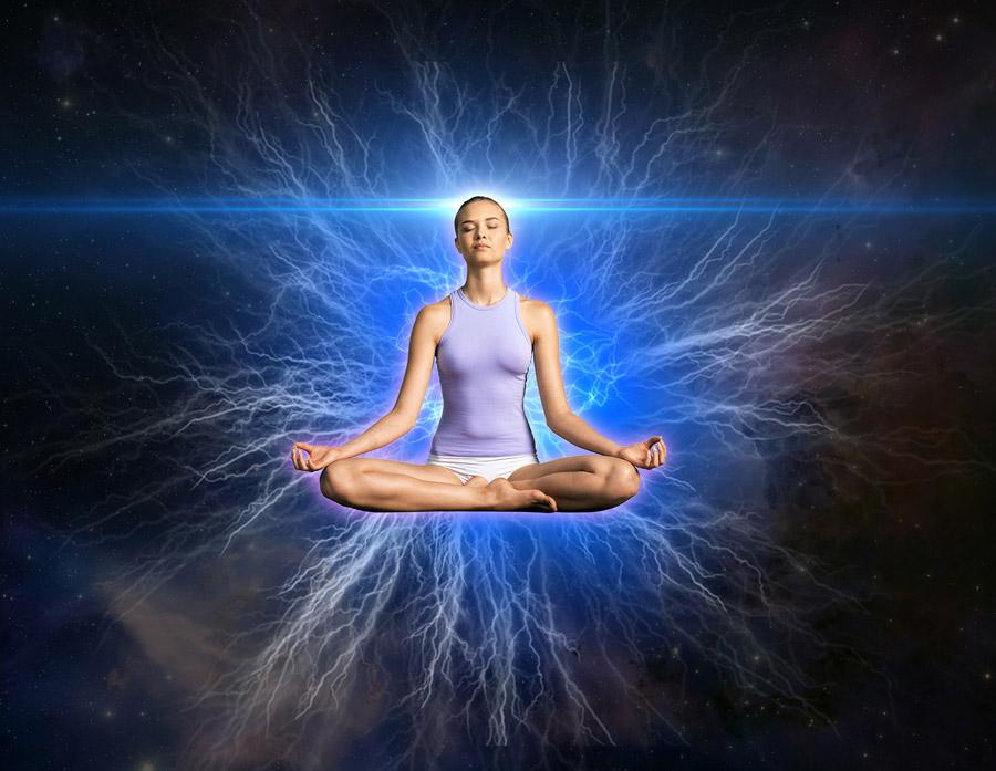 フリー写真 瞑想する女性と未知なる力