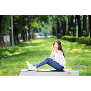 フリー写真, 人物, 女性, アジア人女性, 楚珊(00053), 中国人, ジーンズ(ジーパン), 座る(ベンチ), 頬杖をつく