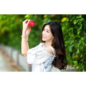 フリー写真, 人物, 女性, アジア人女性, 楚珊(00053), 中国人, 人と花, 花, ハイビスカス, 赤色の花