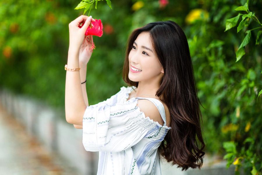 フリー写真 ハイビスカスの花と女性のポートレイト