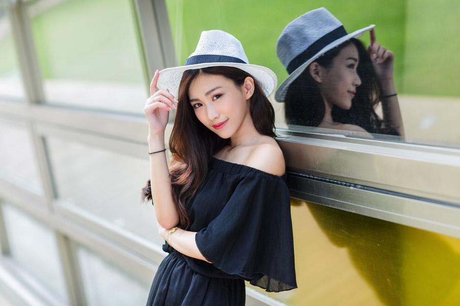 フリー写真 カウボーイハットを被って窓枠に寄りかかる女性