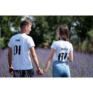 フリー写真, 人物, カップル, 恋人, ルーマニア人, 女性(00195), 後ろ姿, Tシャツ, 手をつなぐ, 人と花, ラベンダー, 花畑, 紫色の花