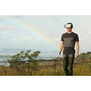 フリー写真, 人物, 男性, 外国人男性, ヘッドマウントディスプレイ, VRヘッドセット(VRゴーグル), 人と風景, 草むら, 海, 虹