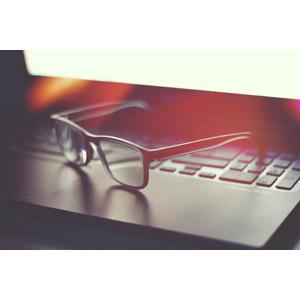 フリー写真, パソコン(PC), ノートパソコン, 眼鏡(メガネ)