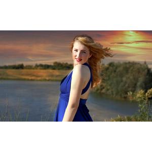 フリー写真, 人物, 女性, 外国人女性, 女性(00263), ルーマニア人, ドレス, 金髪(ブロンド), 人と風景, 夕暮れ(夕方), 夕焼け