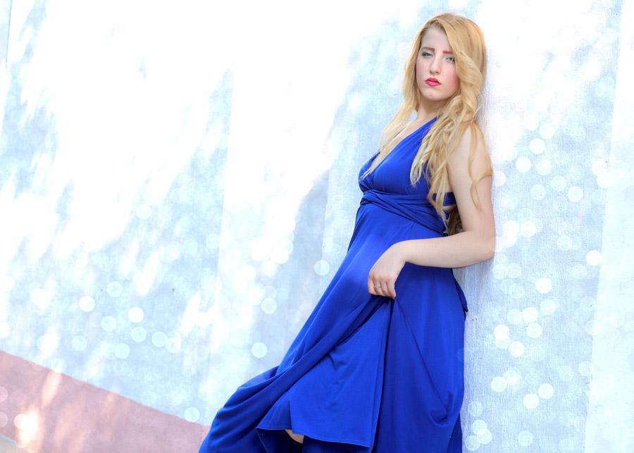 フリー写真 ドレス姿で壁に寄りかかる外国人女性