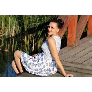 フリー写真, 人物, 女性, 外国人女性, 女性(00264), ルーマニア人, ワンピース, 座る(地面)