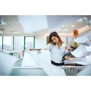 フリー写真, 人物, 女性, アジア人女性, 中国人, 仕事, 職業, ビジネス, ビジネスウーマン, OL(オフィスレディ), コピー機, オフィス, 書類, 通話, 忙しい