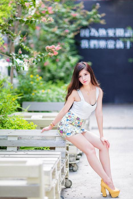フリー写真 ビスチェとミニスカート姿の女性ポートレイト