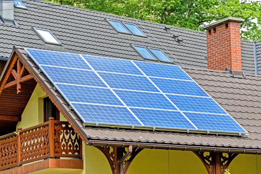フリー写真 屋根の上に設置されたソーラーパネル