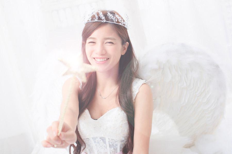フリー写真 魔法をかける天使姿の女性