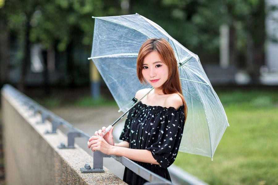 フリー写真 オフショルの服を着て傘を差す女性
