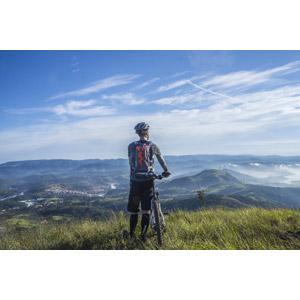 フリー写真, 人物, 男性, 後ろ姿, 眺める, 人と乗り物, 乗り物, 自転車, マウンテンバイク, アウトドア, サイクリング