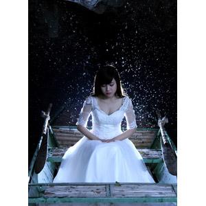 フリー写真, 人物, 女性, アジア人女性, ベトナム人, 結婚式(ブライダル), ウェディングドレス, 雪, 人と乗り物, 船, 手漕ぎボート, 夜