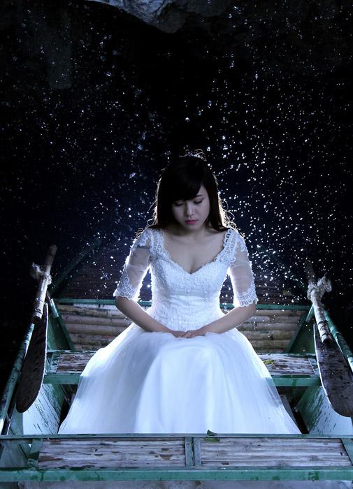 フリー写真 雪とウェディングドレス姿でボートに乗る花嫁