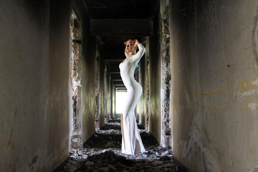 フリー写真 ドレス姿で廃墟の建物の中に立つ外国人女性