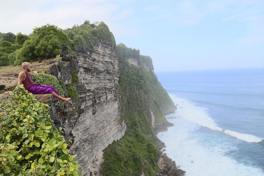 フリー写真 崖の上から海を眺める外国人男性