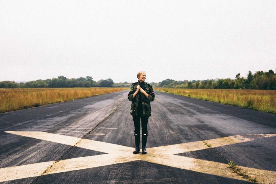 フリー写真 滑走路に立つショートヘアの外国人女性