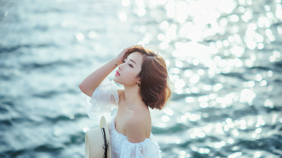 フリー写真 海と髪をかき上げる女性のポートレイト