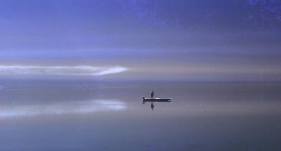 フリー写真 湖とボートの上の釣り人の風景