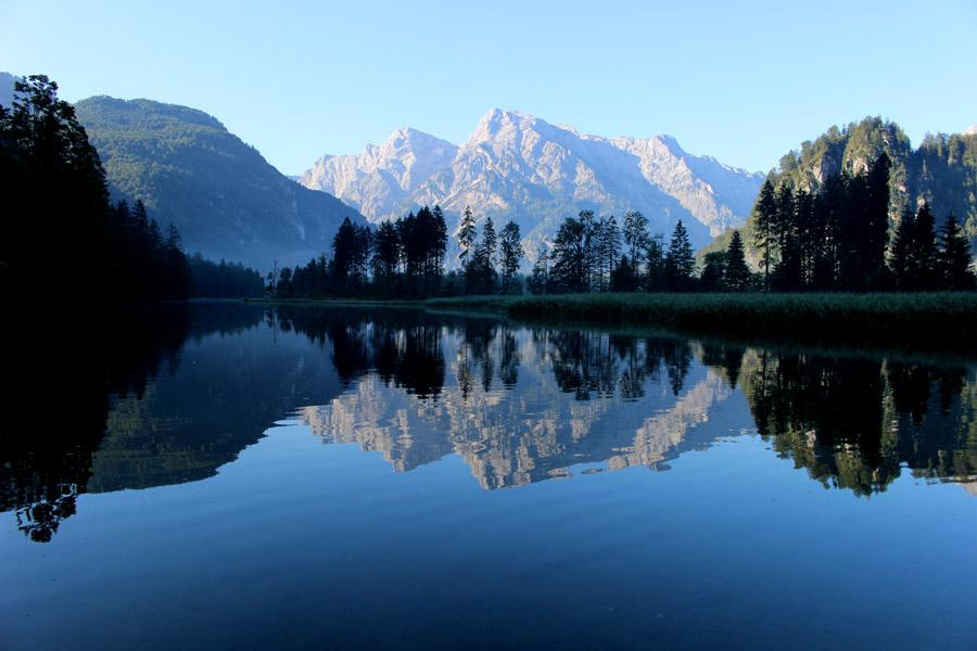 フリー写真 湖に映り込む山の風景