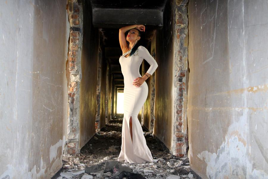 フリー写真 廃墟の中でポーズをとるドレス姿の外国人女性