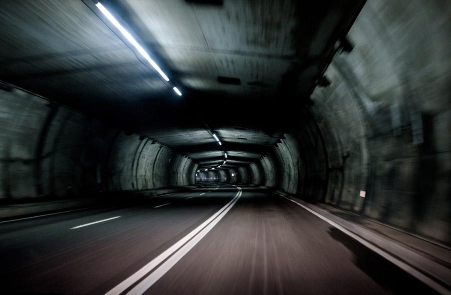 フリー写真 トンネルの中の道路の風景