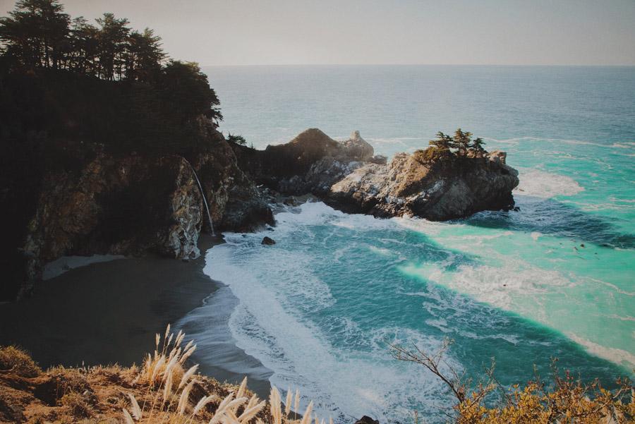 フリー写真 マクウェイ滝とビッグサーの海岸風景