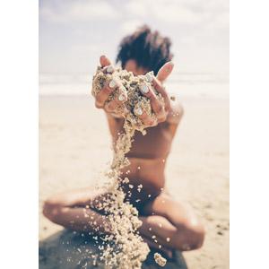 フリー写真, 人物, 女性, 座る(地面), あぐらをかく, ビーチ(砂浜), 砂, 掬う手