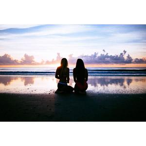 フリー写真, 人物, 女性, 後ろ姿, 座る(地面), 人と風景, ビーチ(砂浜), 海, 夕暮れ(夕方), 眺める, 雲