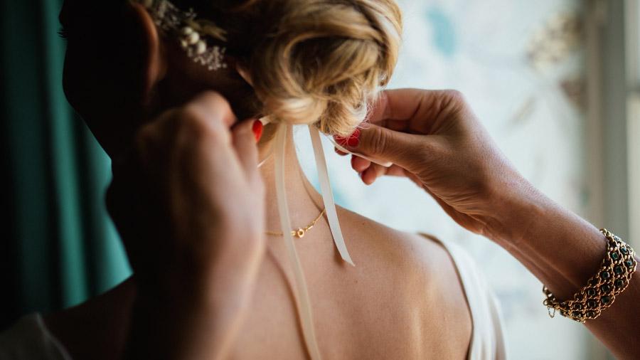 フリー写真 花嫁のヘアリボンを結ぶ手