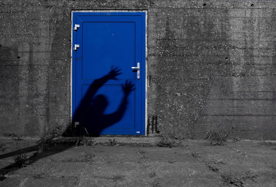 フリー写真 青い扉に手を伸ばす人の影
