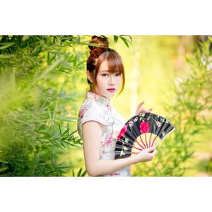 フリー写真, 人物, 女性, アジア人女性, 欣欣(00001), 中国人, チャイナドレス, 扇子, 葉っぱ