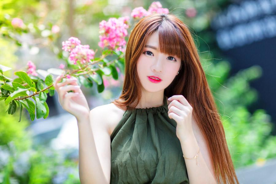 フリー写真 ピンク色の木花と女性のポートレイト
