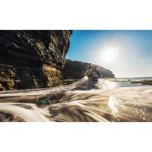 フリー写真, 人物, カップル, 花婿(新郎), 花嫁(新婦), 抱き合う, ベール, 人と風景, 二人, 海岸, 崖