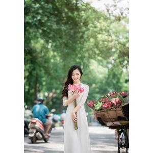 フリー写真, 人物, 女性, アジア人女性, 女性(00246), ベトナム人, アオザイ, 人と花, 蓮(ハス)