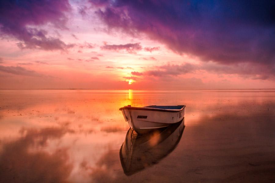 フリー写真 夕暮れの海に浮かぶボート