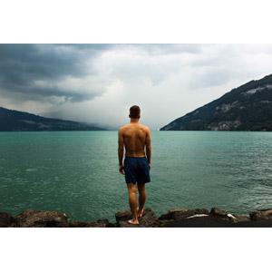 フリー写真, 人物, 男性, 外国人男性, 水着, 海水パンツ, 後ろ姿, 人と風景, 湖, 雲, スイスの風景
