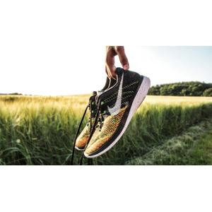 フリー写真, 靴(シューズ), スニーカー, 手, 畑, 作物