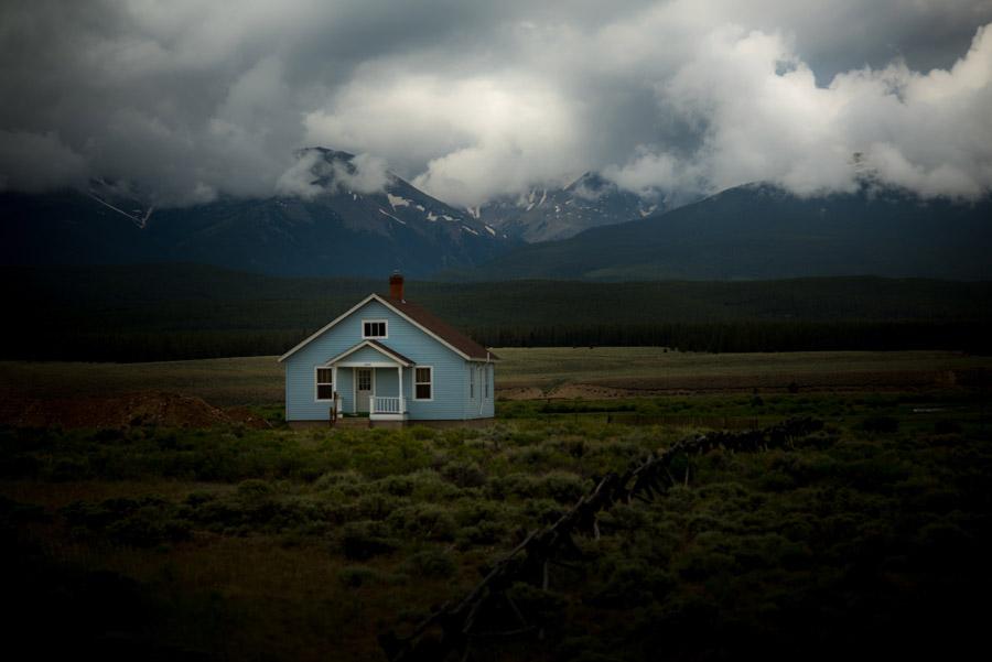 フリー写真 雲のかかる山と一軒家の風景