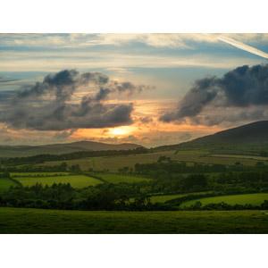 フリー写真, 風景, 夕暮れ(夕方), 夕焼け, 雲, 飛行機雲, 畑, 牧草地, 田舎