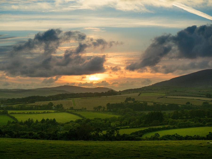 フリー写真 畑や牧草地の広がる夕暮れの田舎の風景