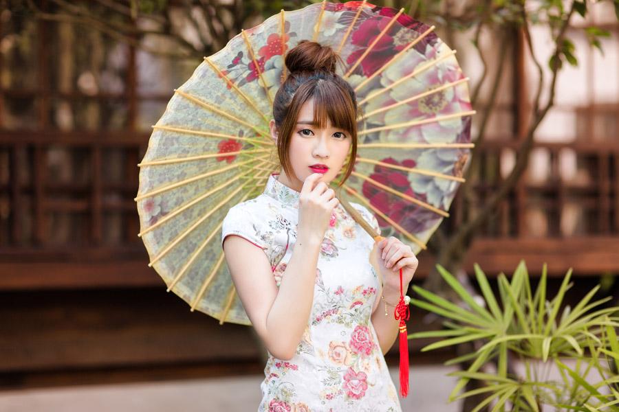 フリー写真 花柄のチャイナドレスと日傘を差す女性