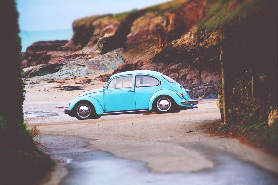 フリー写真 浜辺に停められたフォルクスワーゲンのビートル