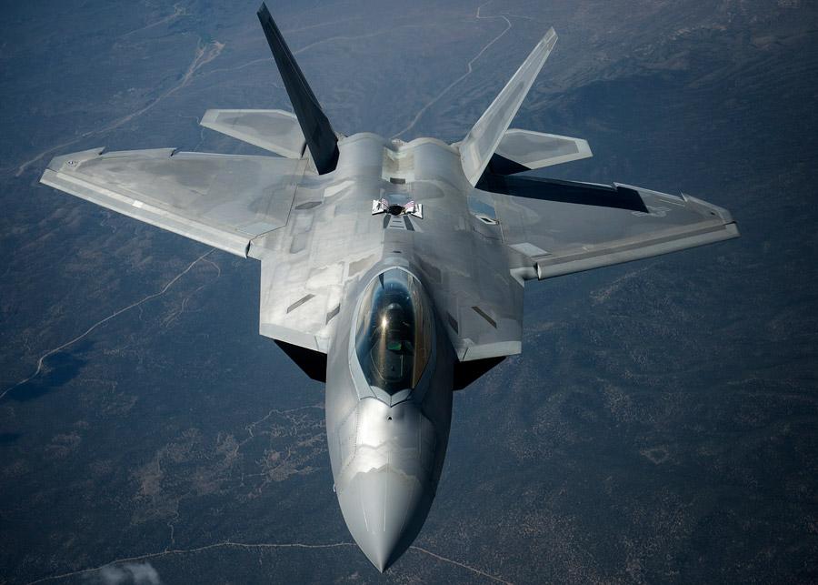 フリー写真 給油口を開けるF-22ラプター