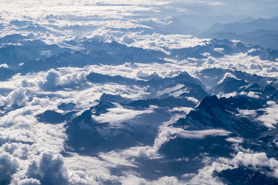 フリー写真 雲に覆われた山脈の風景