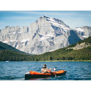 フリー写真, 風景, 山, 湖, グレイシャー国立公園, 乗り物, 船, カヌー(カヤック), 人と乗り物, アウトドア, レジャー, 世界遺産, アメリカの風景, モンタナ州